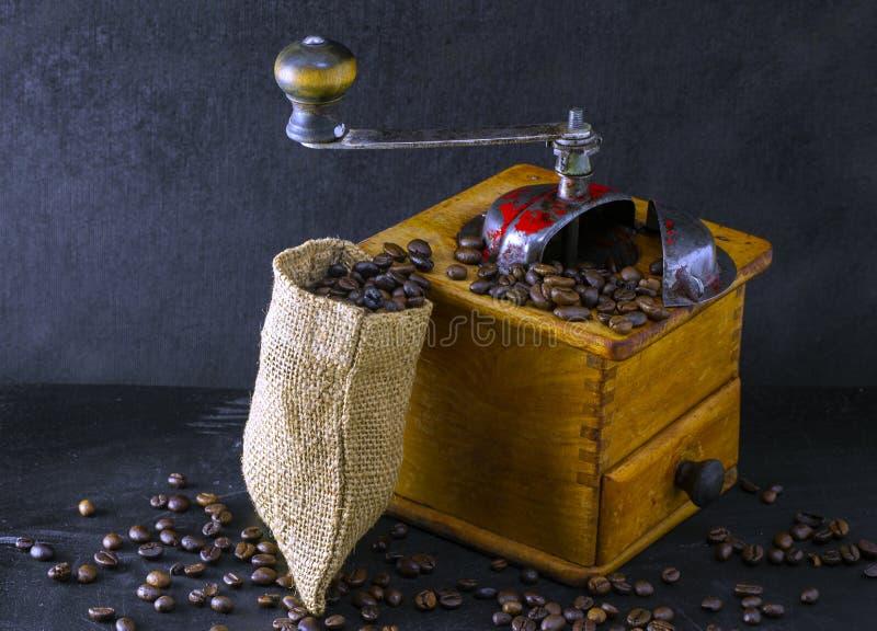 Stara, drewniana szlifierka do kawy zdjęcia royalty free