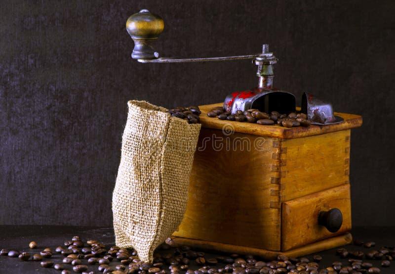 Stara, drewniana szlifierka do kawy obrazy stock