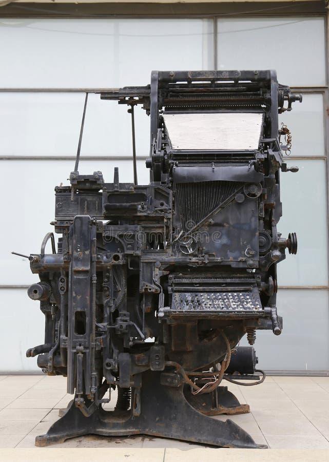 Stara drukowej prasy maszyna eksponuje w wejściu Dziennikarski centrum w Tel Aviv obrazy stock