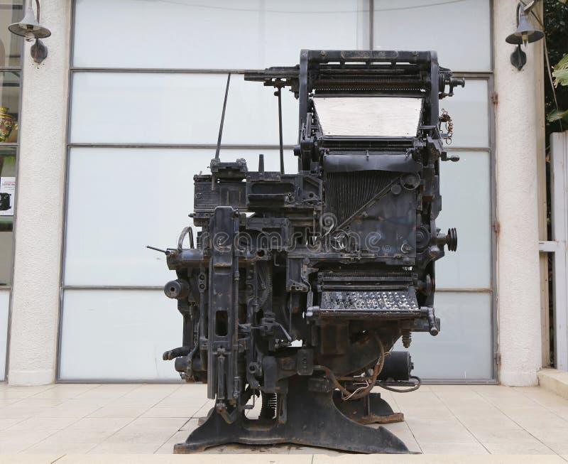 Stara drukowej prasy maszyna eksponuje w wejściu Dziennikarski centrum w Tel Aviv obrazy royalty free