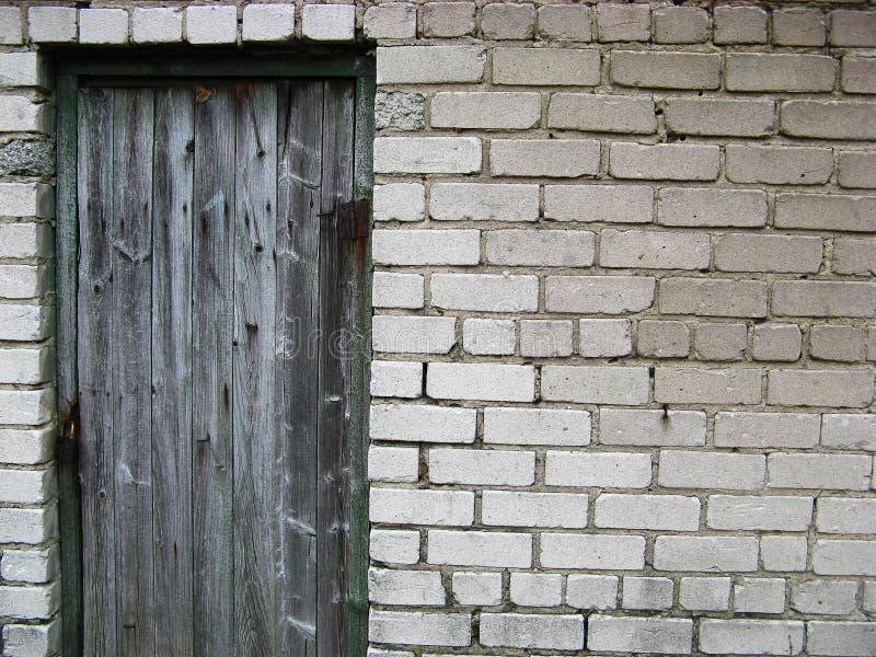stara drzwi do ściany obraz royalty free