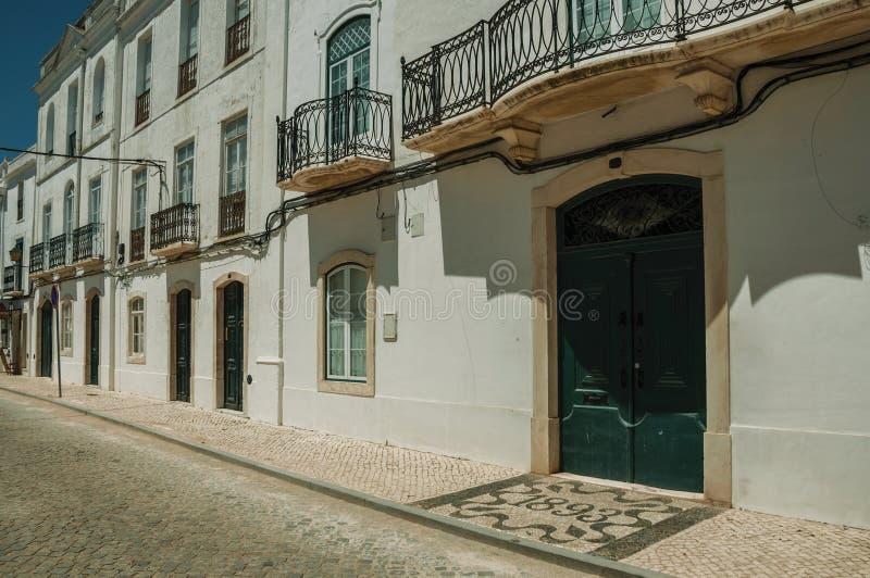 Stara dw?r fasada z krakingowymi biel ?ciennymi i drewnianymi drzwiami fotografia royalty free