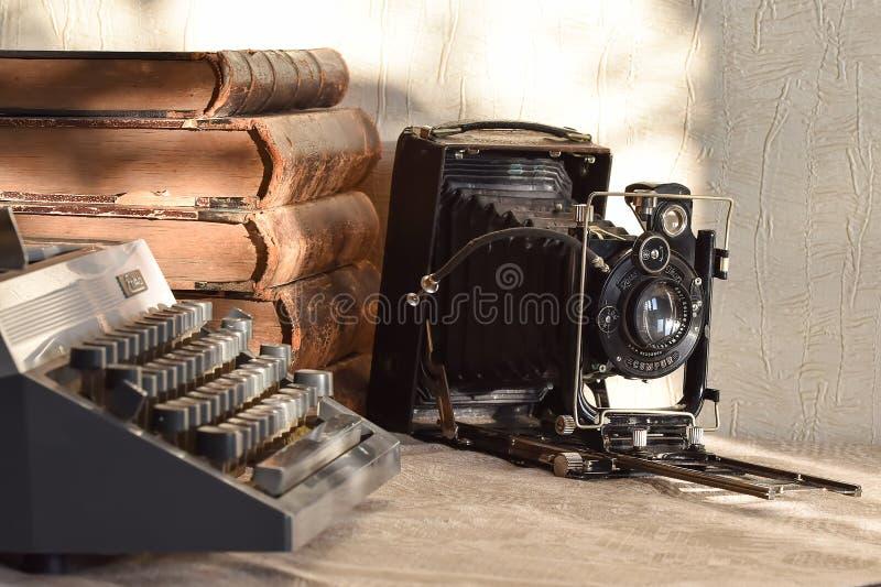 Stara dziad kamera, rocznik książki i retro maszyna do pisania, obrazy stock