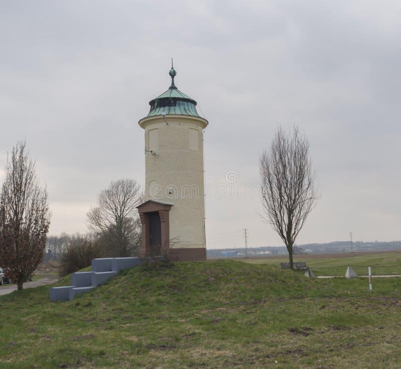 Stara dziejowa zaokrąglona wieża ciśnień blisko Elbe rzeki, Cech republika, zielona trawa, niebieskie niebo, obraz stock