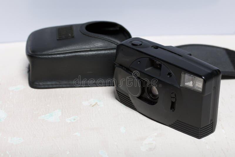 Stara ekranowa kamera analogowi 35mm Kłamstwa na powierzchni stół Blisko pokrywy dla on fotografia royalty free