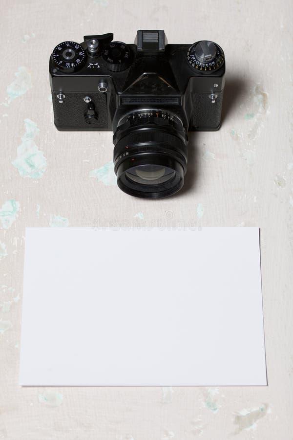 Stara ekranowa kamera i usuwalny obiektyw Kłamają na powierzchni stół Blisko białego prześcieradła fotografia papier zdjęcie stock