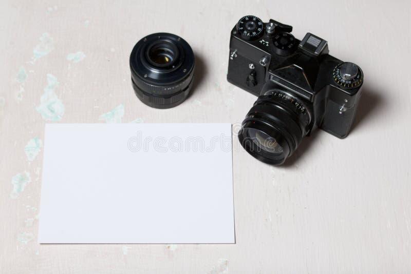 Stara ekranowa kamera i usuwalny obiektyw Kłamają na powierzchni stół Blisko białego prześcieradła fotografia papier fotografia royalty free