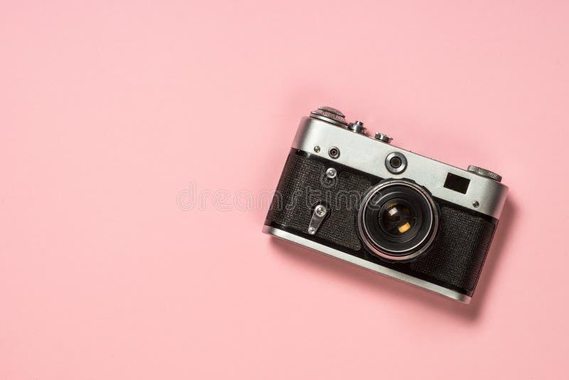 Stara ekranowa kamera na różowym tle fotografia royalty free