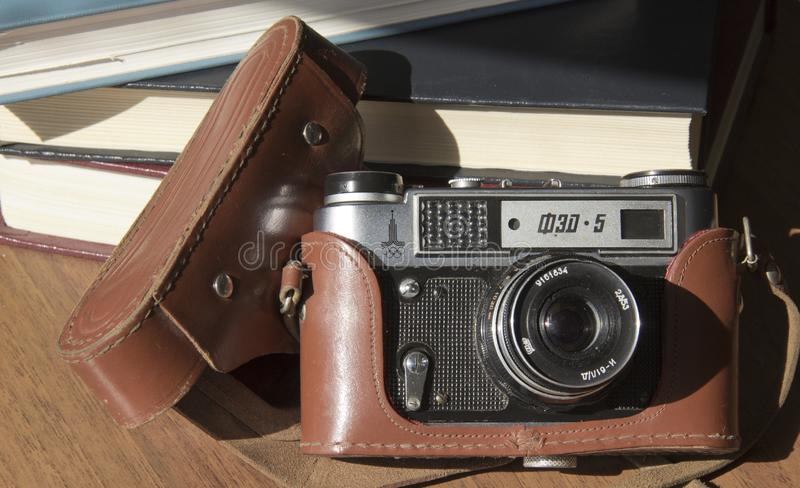 Stara ekranowa kamera na stole fotografia stock