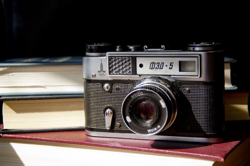 Stara ekranowa kamera na stole zdjęcie stock