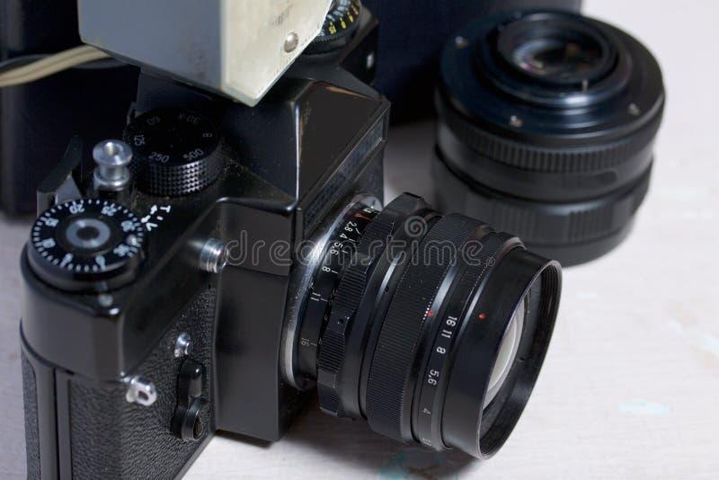 Stara ekranowa kamera, usuwalny obiektyw i depeszujący błysk, Kłamają na powierzchni stół zdjęcia stock