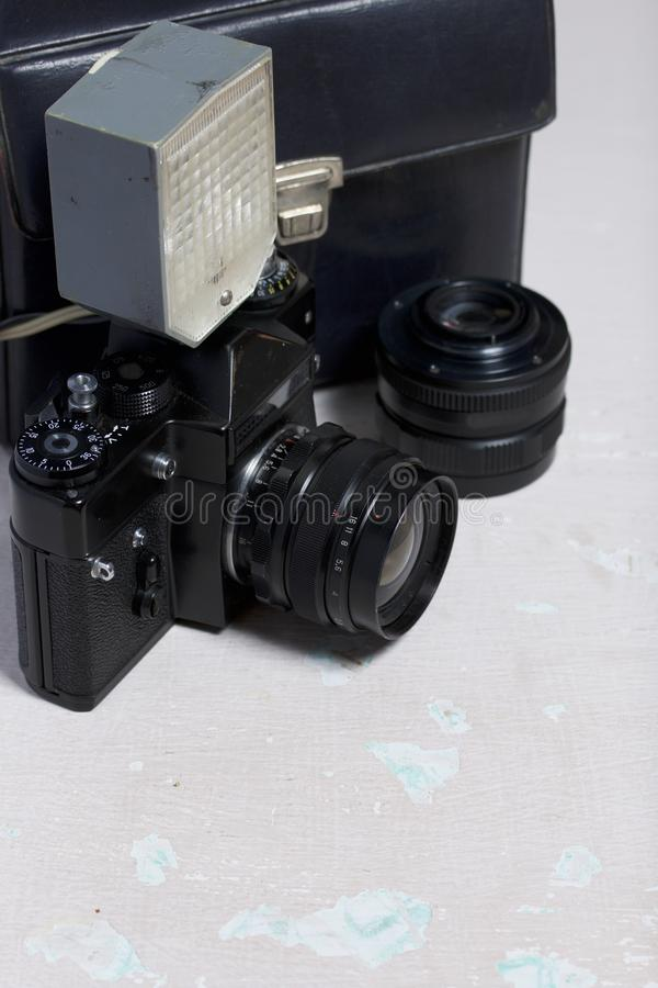 Stara ekranowa kamera, usuwalny obiektyw i depeszujący błysk, Kłamają na powierzchni stół obraz stock