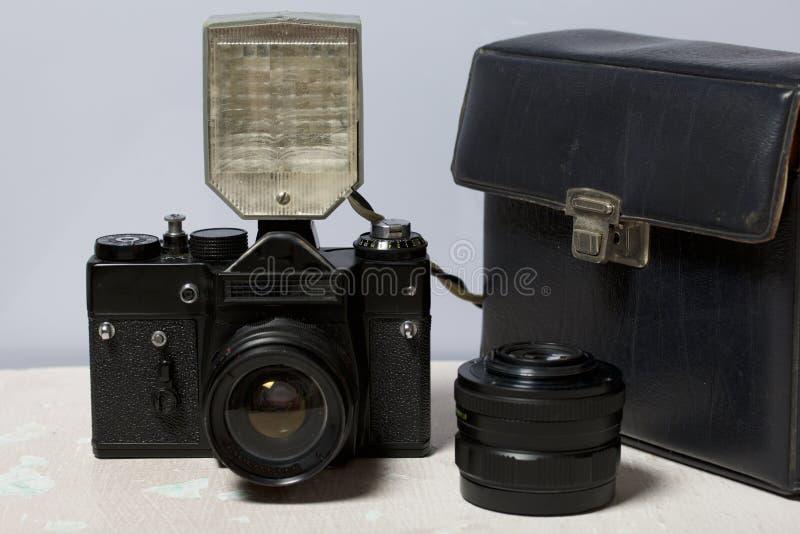 Stara ekranowa kamera, usuwalny obiektyw i depeszujący błysk, Kłamają na powierzchni stół fotografia royalty free