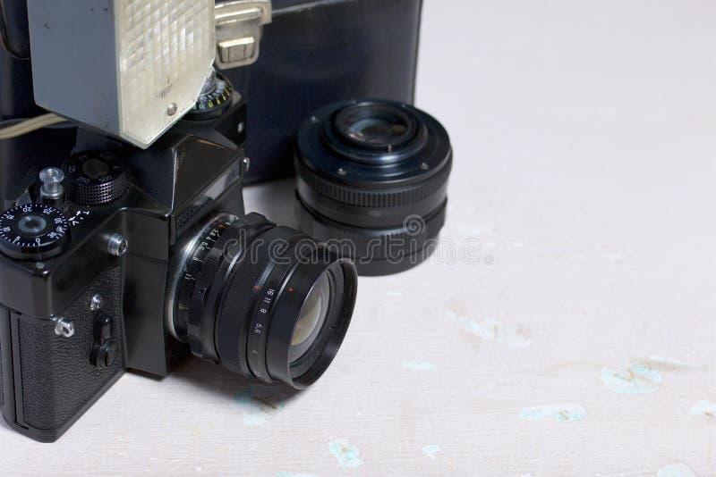 Stara ekranowa kamera, usuwalny obiektyw i depeszujący błysk, Kłamają na powierzchni stół obrazy royalty free