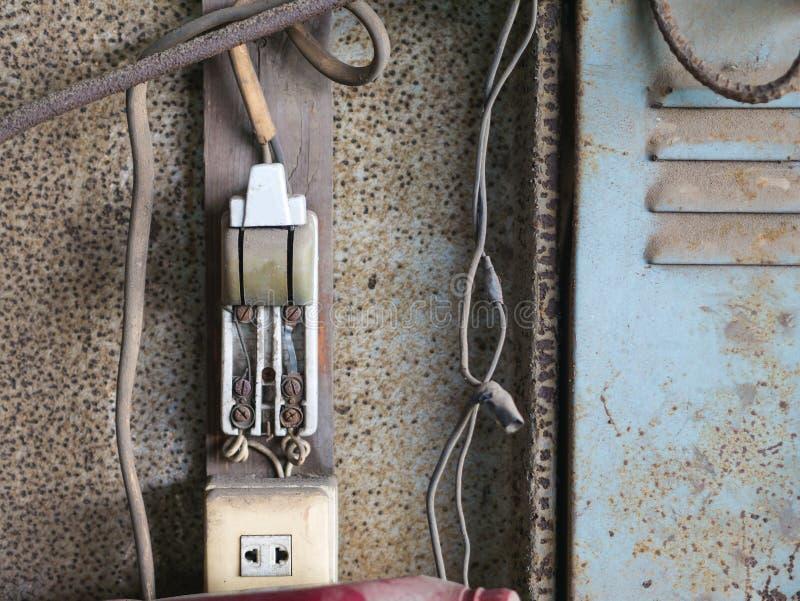 Stara elektryczna przełącznikowa deska pełno rdza obrazy stock