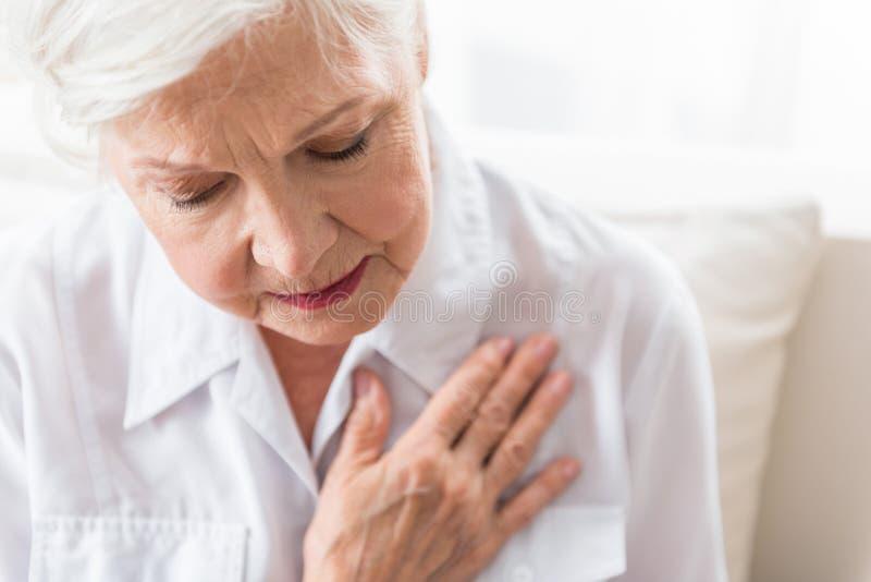 Stara emeryt kobieta znosi ból zdjęcia royalty free