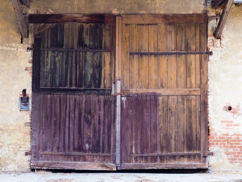 Stara farbująca naturalnie drewniana brama zdjęcia stock