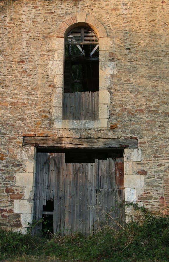 Stara fasada z nieociosanym brickwork, łamający drewniany drzwi zdjęcie royalty free