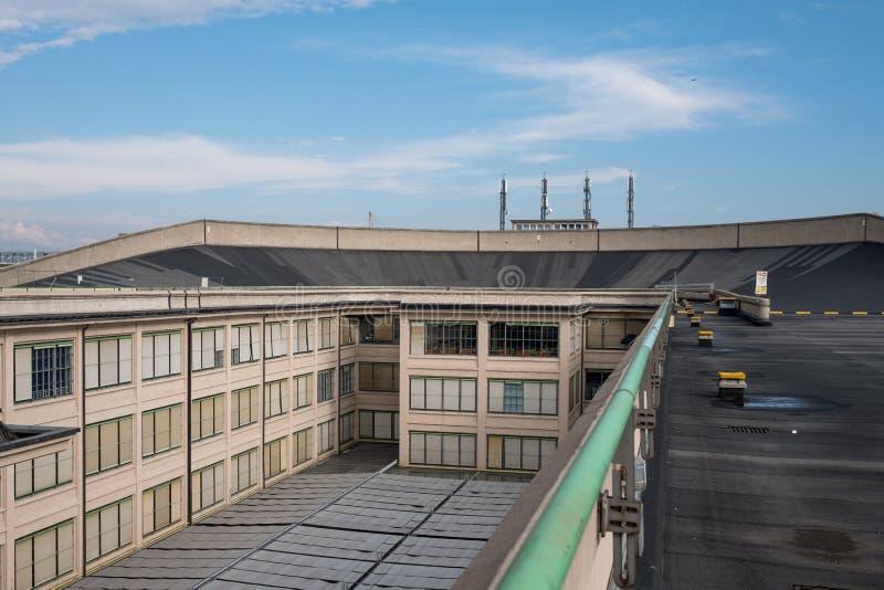 Stara Fiat fabryka w Turyn Włochy, budujący w 1920s Na dachu oryginalny testa ślad wciąż jest otwarty społeczeństwo i istnieje obraz royalty free