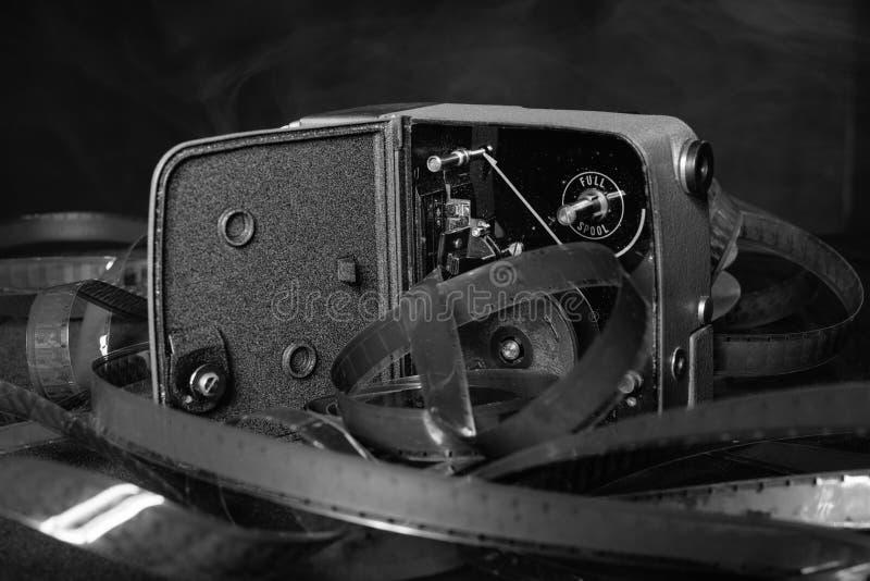 Stara film kamera z ekranowymi rolkami na stole obrazy stock