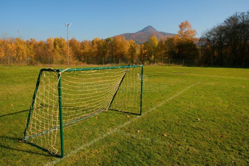 Stara Futbolowa brama Na wioski boisku piłkarskim Słoneczny dzień przy końcówką sezon, biedna trawa zdjęcia stock