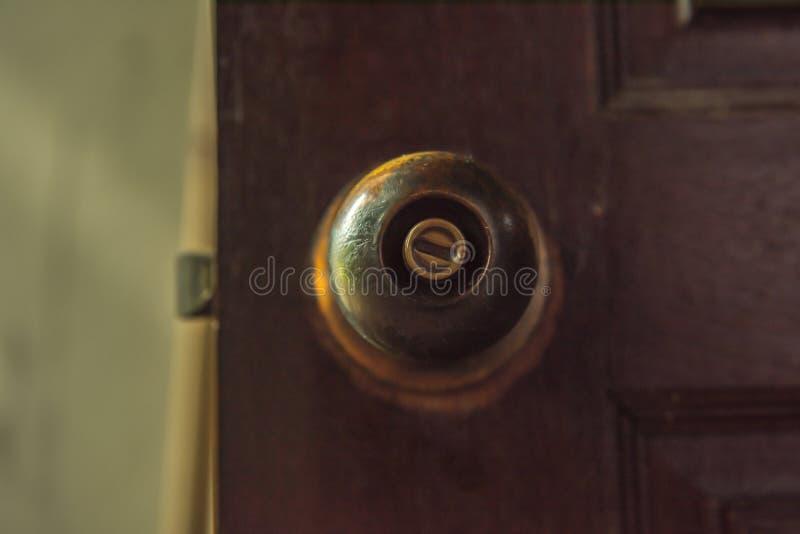 Stara gałeczka otwierać drzwi obraz stock