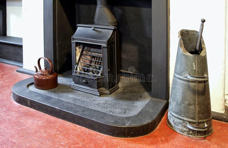Stara graba, kratownica, węglowa zatapia czajnika w starym h i emaliuje obrazy stock