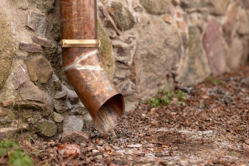 Stara groszaka odcieku rynna w ceglanym domu Instalacja która drenuje wodę od dachu fotografia stock