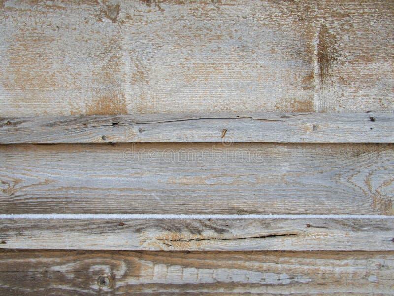 Stara horyzontalna pasiasta drewniana ściana, ogrodzenie, tło z gwoździami i pęknięcia, obrazy stock