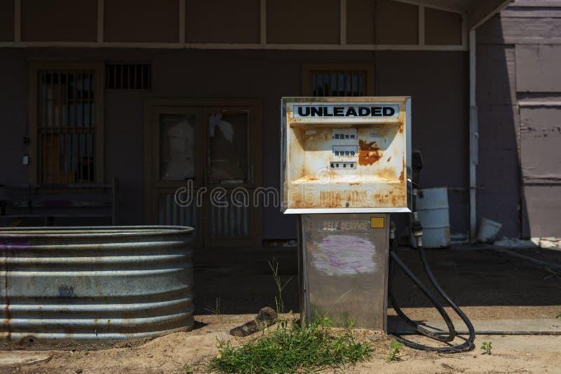 Stara i ośniedziała paliwowa pompa w zaniechanej benzynowej staci w usa fotografia royalty free