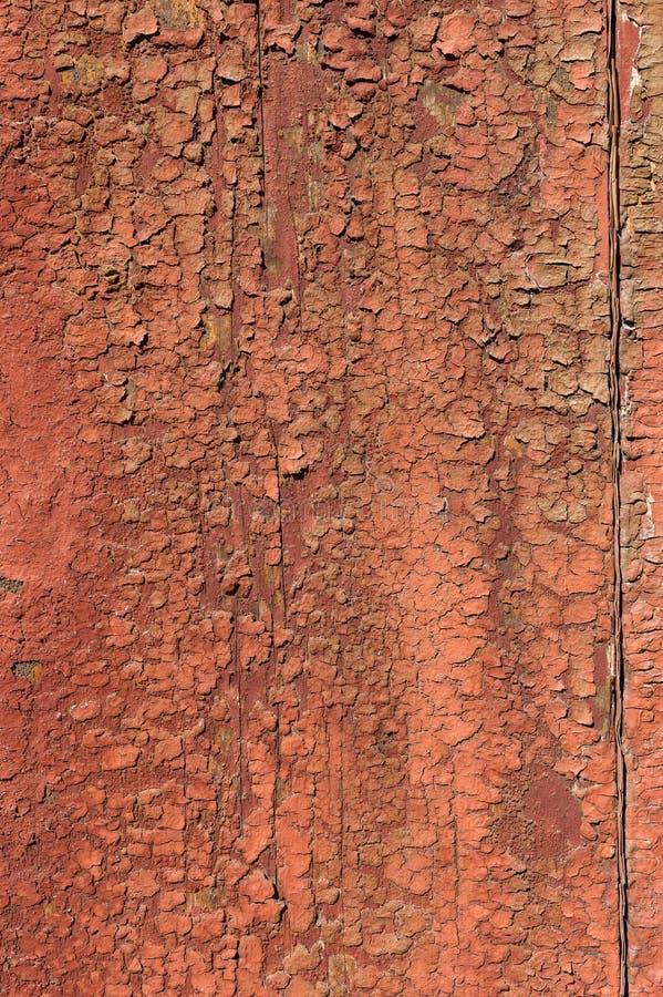 Stara i obierająca farba Z czasem czerwona farba oderwała się od starych płyt i pękła tekstura drewna Wina zdjęcia stock