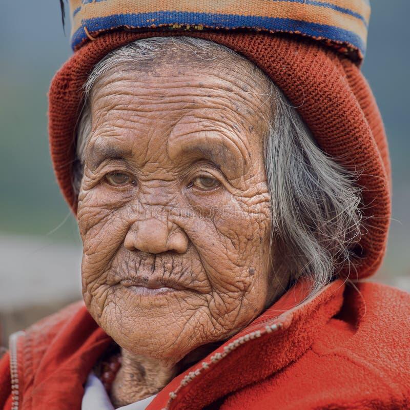 Stara ifugao kobieta w obywatel sukni obok ryżowych tarasów, Filipiny zdjęcie stock