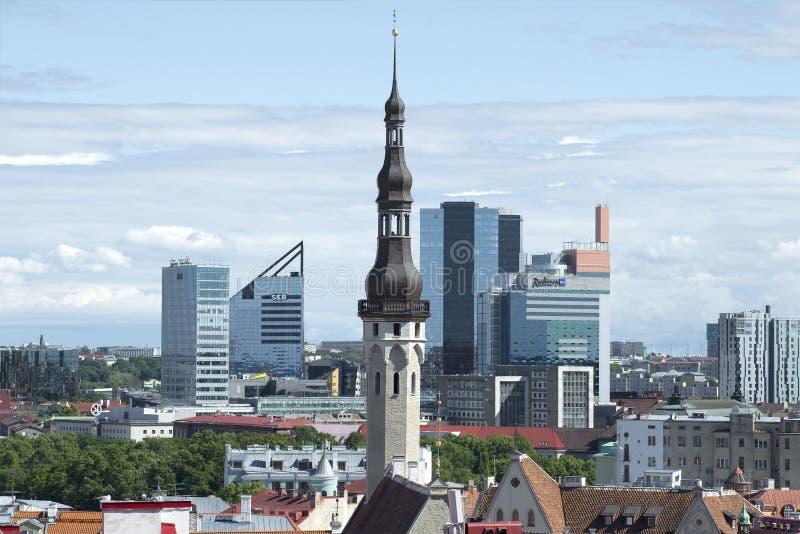 Stara iglica średniowieczny urząd miasta na tle nowożytny miasto Tallinn estonia fotografia stock