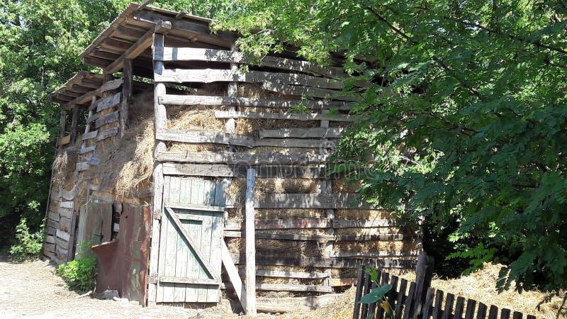 Stara jata dla siano magazynu Stara drewniana stajnia z haystacks fotografia royalty free