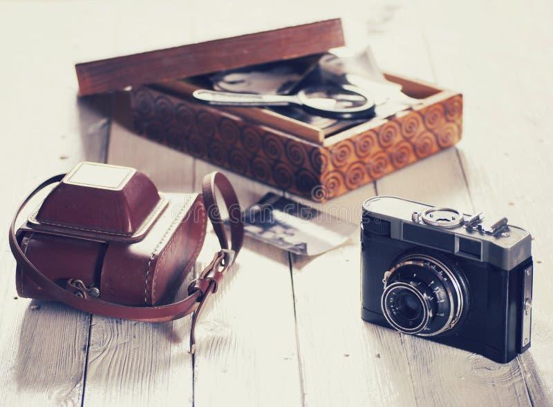 Stara kamera i torba, drewna pudełko z fotografiami obrazy royalty free