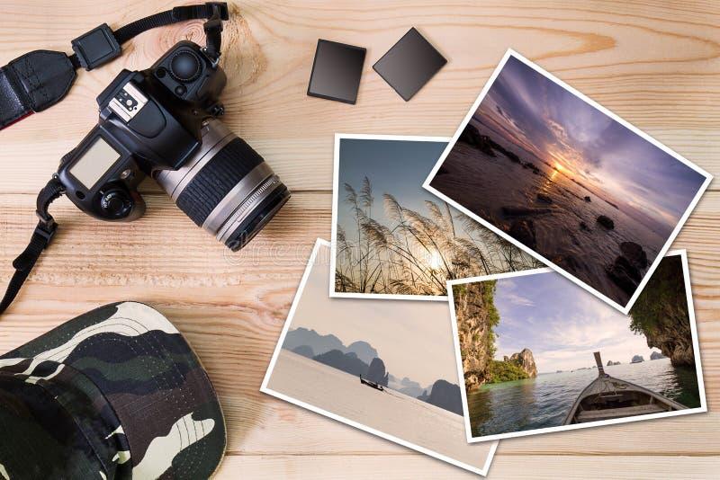 Stara kamera, nakrętka, pamięć karty i sterta fotografie na drewnianym tle, obraz stock
