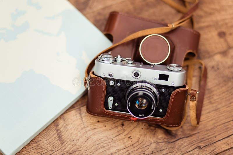 Stara kamera przygotowywa dla wycieczki każdy część ziemia fotografia stock