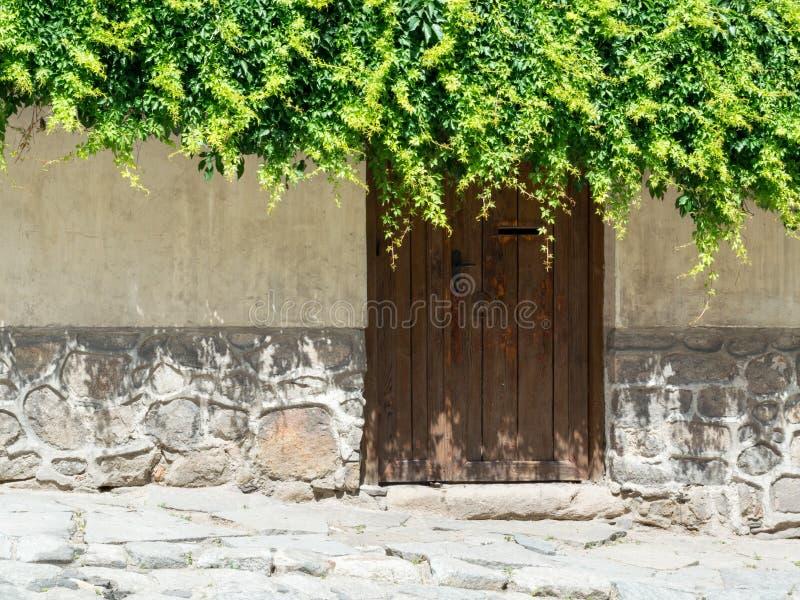 Stara kamienna ściana i drewniany drzwi fotografia stock