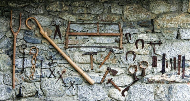 Stara kamienna ściana z narzędziami obraz royalty free