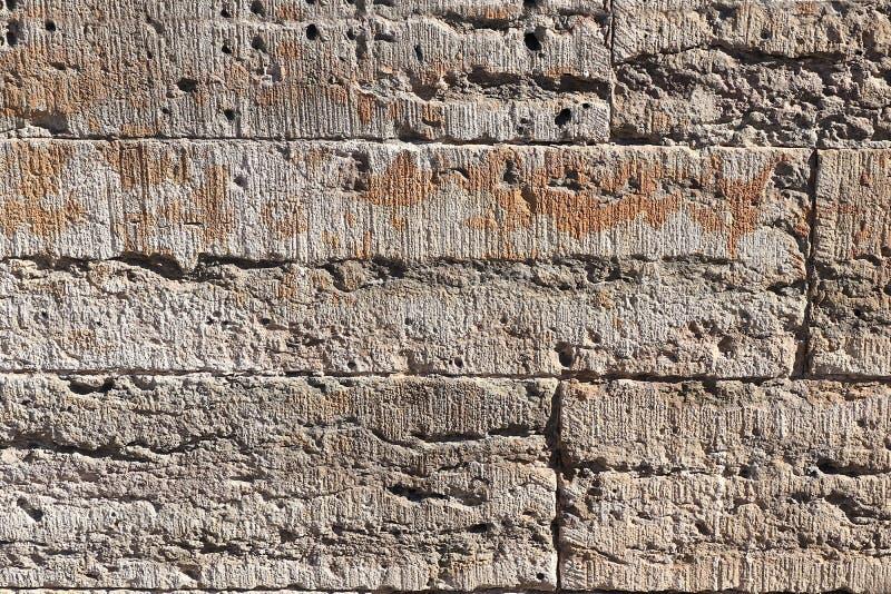 Stara kamienna ściana z pęknięciami, naturalny betonowy tło, stara naturalna tekstura antyczny kamień Ja używa dla dekoracji zdjęcia royalty free