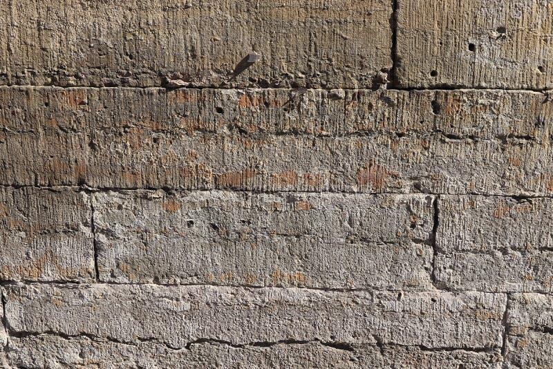 Stara kamienna ściana z pęknięciami, naturalny betonowy tło, stara naturalna tekstura antyczny kamień Ja używa dla dekoracji obraz royalty free