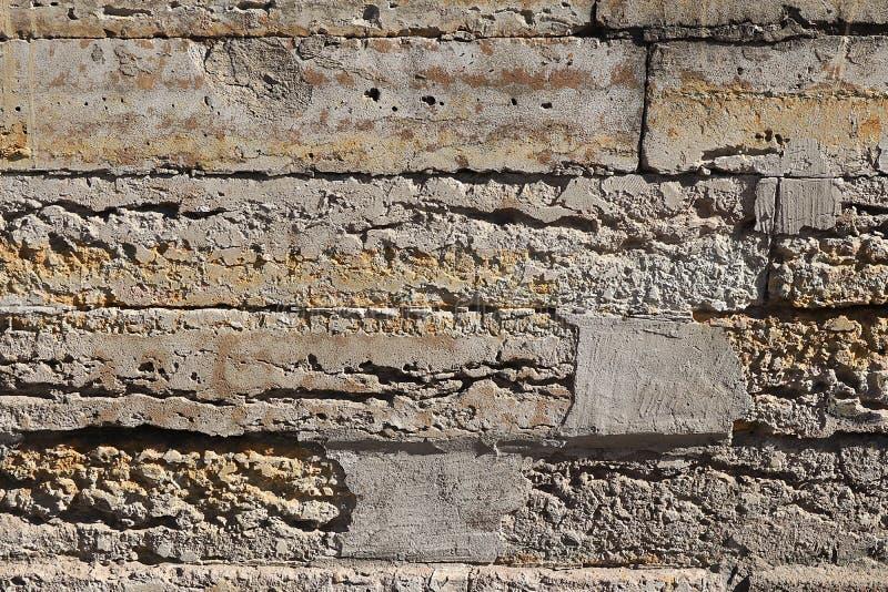 Stara kamienna ściana z pęknięciami, naturalny betonowy tło, stara naturalna tekstura antyczny kamień Ja używa dla dekoracji obraz stock