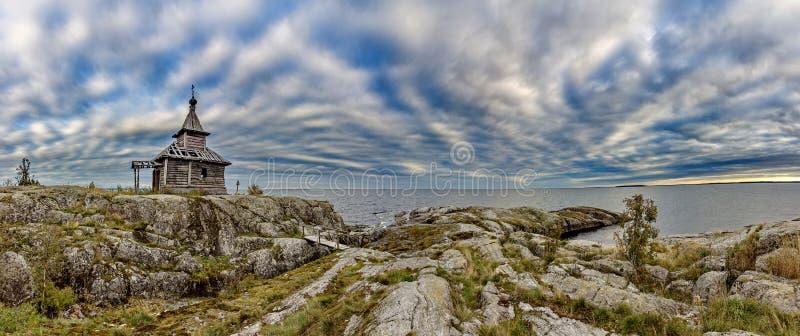 Stara kaplica na brzeg Jeziorny Ladoga Niebieskie niebo i wodna powierzchnia jezioro Surowa natura Rosyjska p??noc zdjęcia royalty free