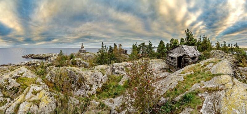 Stara kaplica na brzeg Jeziorny Ladoga Niebieskie niebo i wodna powierzchnia jezioro Surowa natura Rosyjska p??noc zdjęcie stock