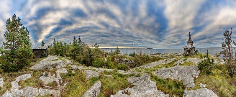 Stara kaplica na brzeg Jeziorny Ladoga Niebieskie niebo i wodna powierzchnia jezioro Surowa natura Rosyjska p??noc obraz royalty free