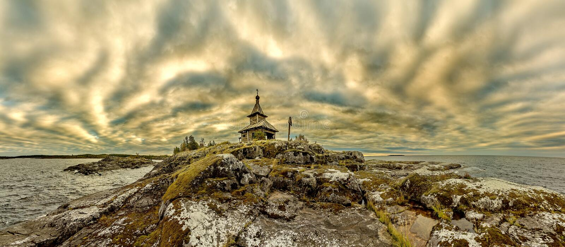Stara kaplica na brzeg Jeziorny Ladoga Niebieskie niebo i wodna powierzchnia jezioro Surowa natura Rosyjska p??noc obrazy royalty free