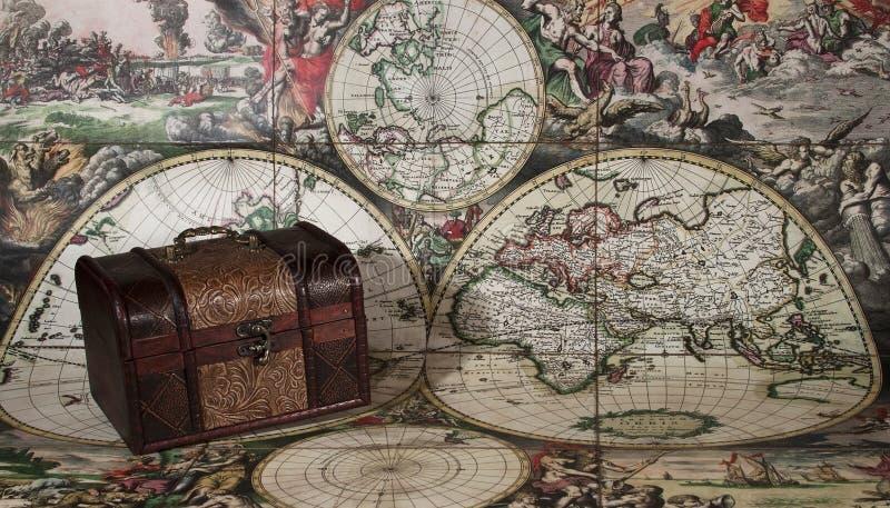 Stara klatka piersiowa i mapa zdjęcie stock