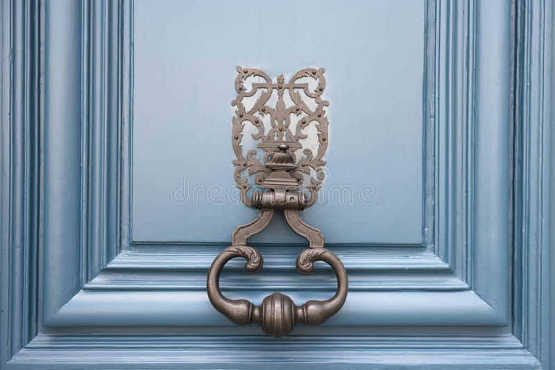 Stara knocker gałeczka na błękitnym tle zdjęcie royalty free