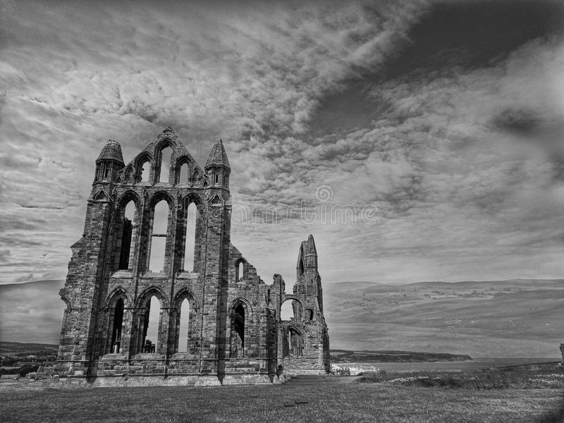 stara kościelna ruina w Anglia czarny i biały fotografia royalty free