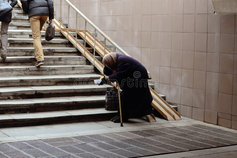 Stara kobieta żebrak błaga w przejściu podziemnym obrazy royalty free